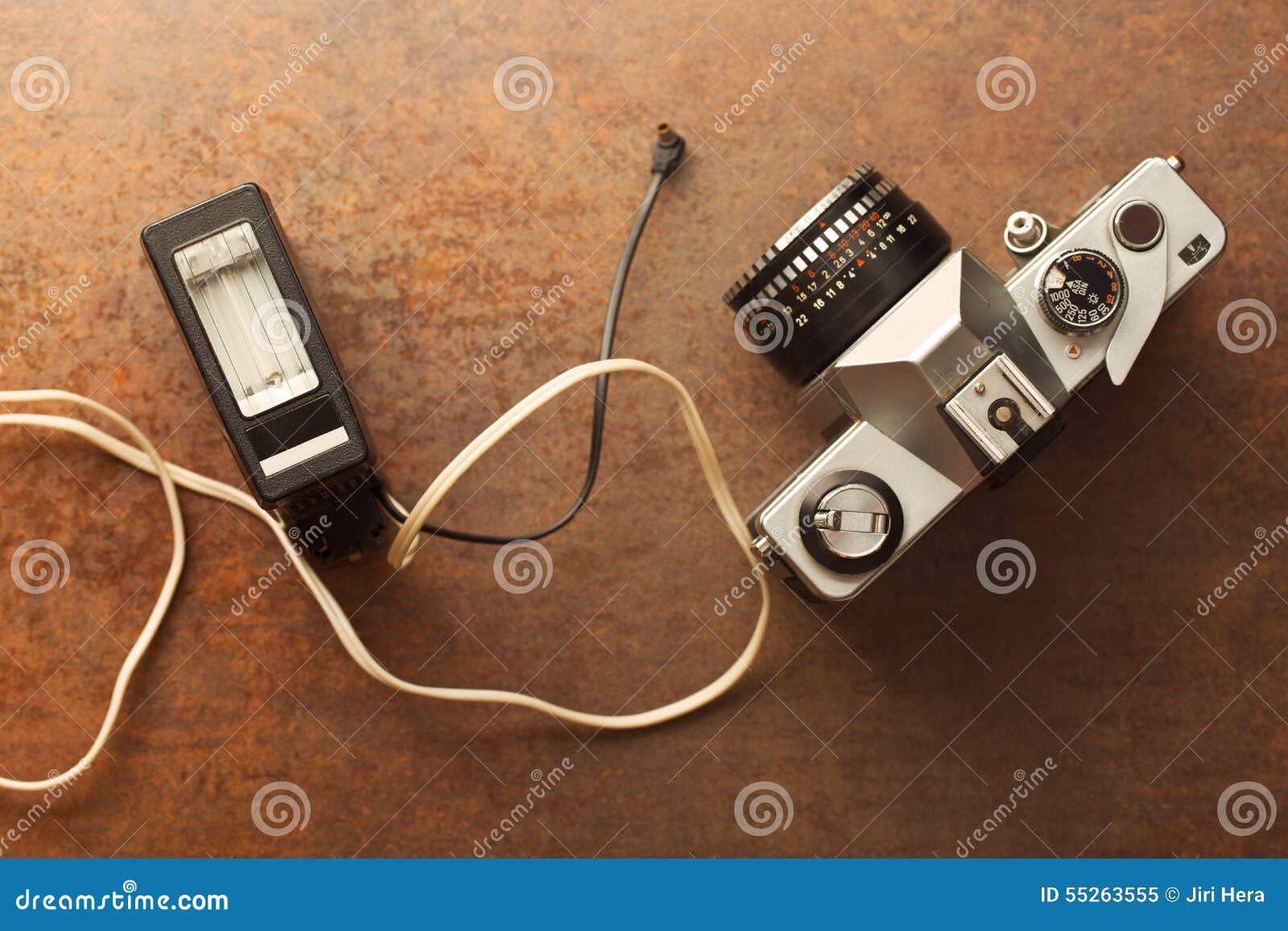 Vecchia macchina fotografica analogica con il flash