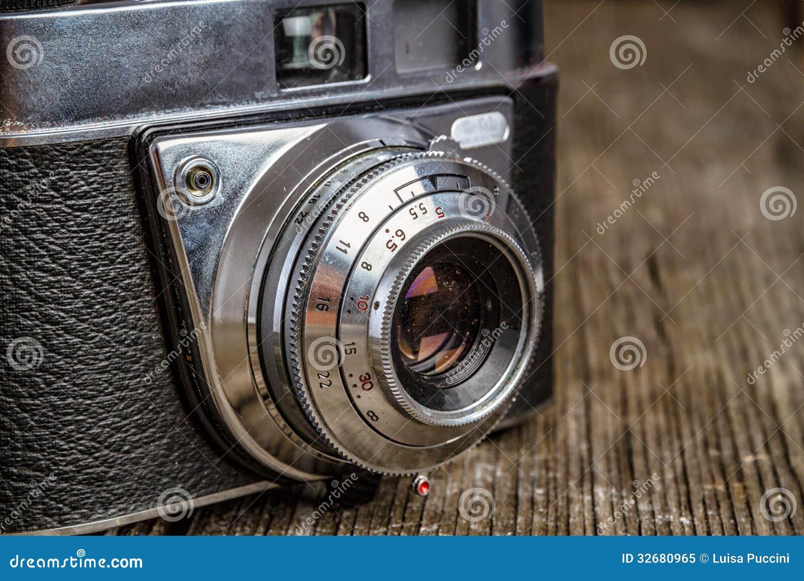 Vecchia macchina fotografica analogica con lo spazio della copia