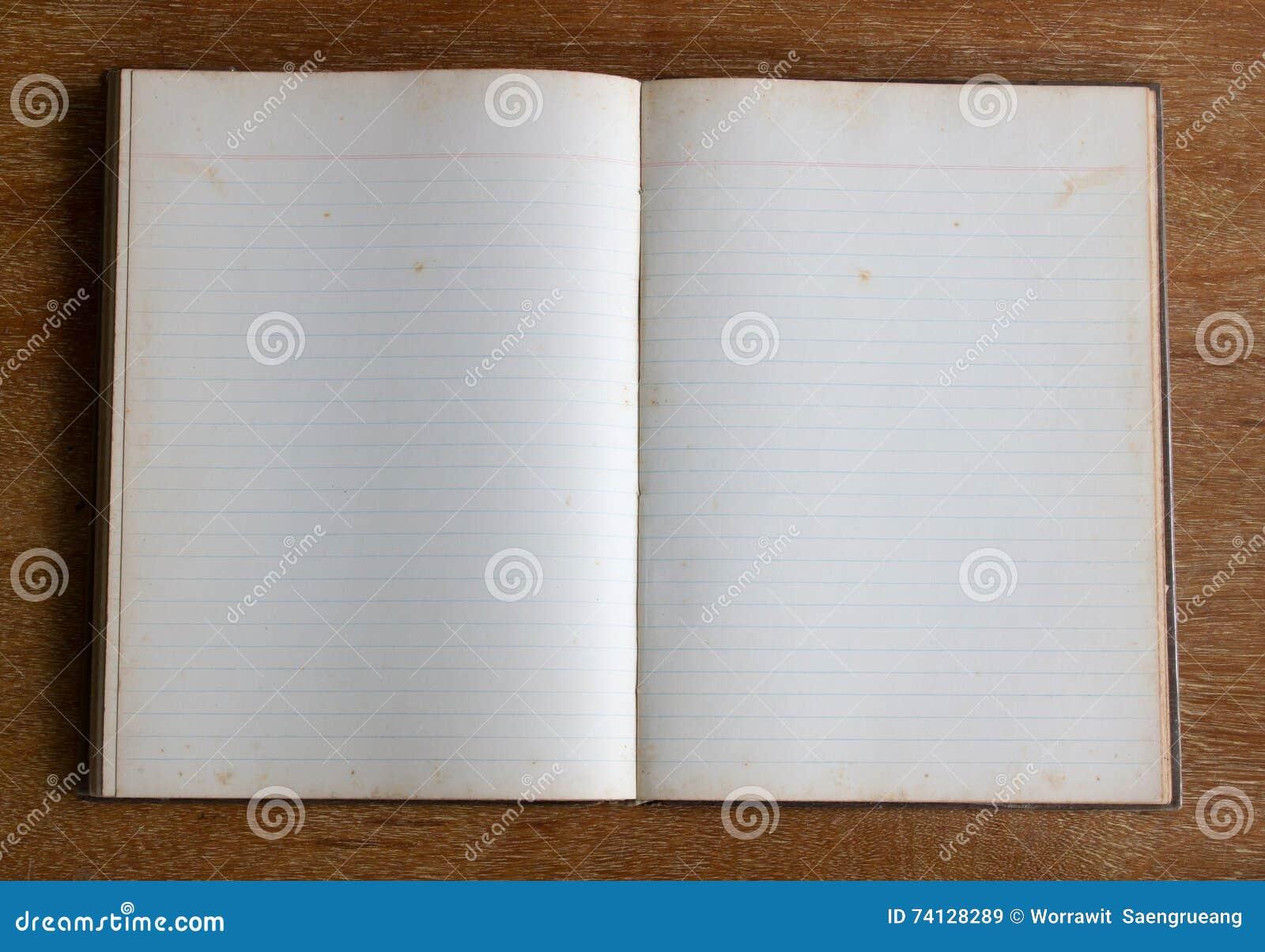 Vecchia pagina in bianco del taccuino sulla tavola di legno