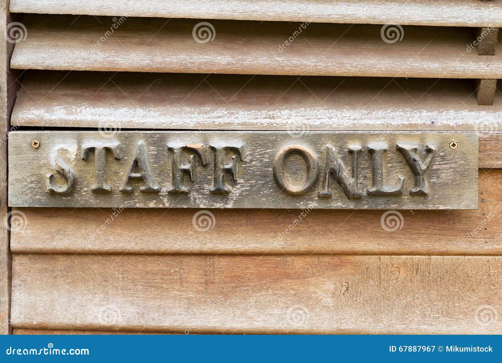 Vecchia parete di legno con il personale della posta soltanto