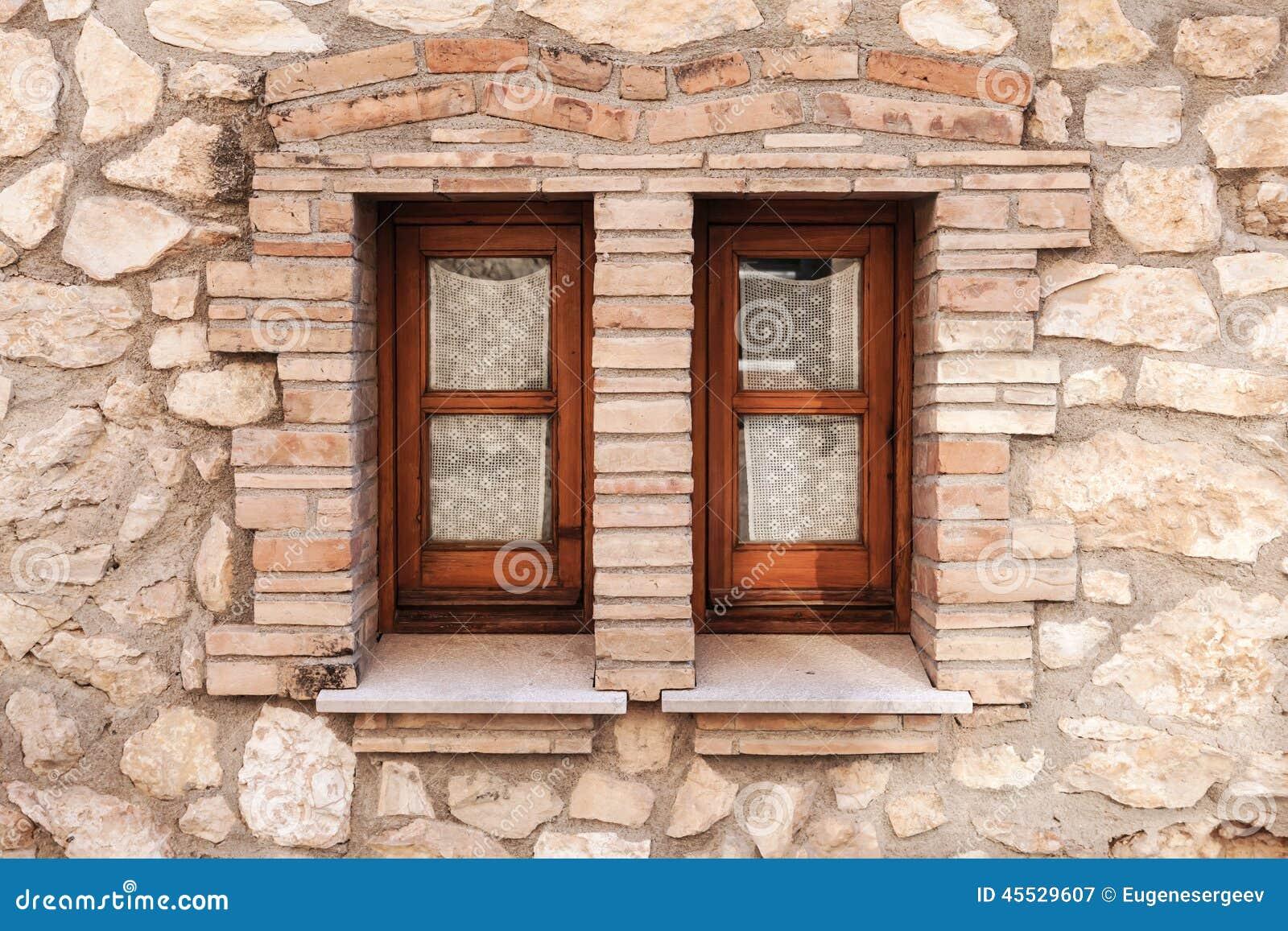 Vecchia parete di pietra con due piccole finestre nei - Parete di pietra ...