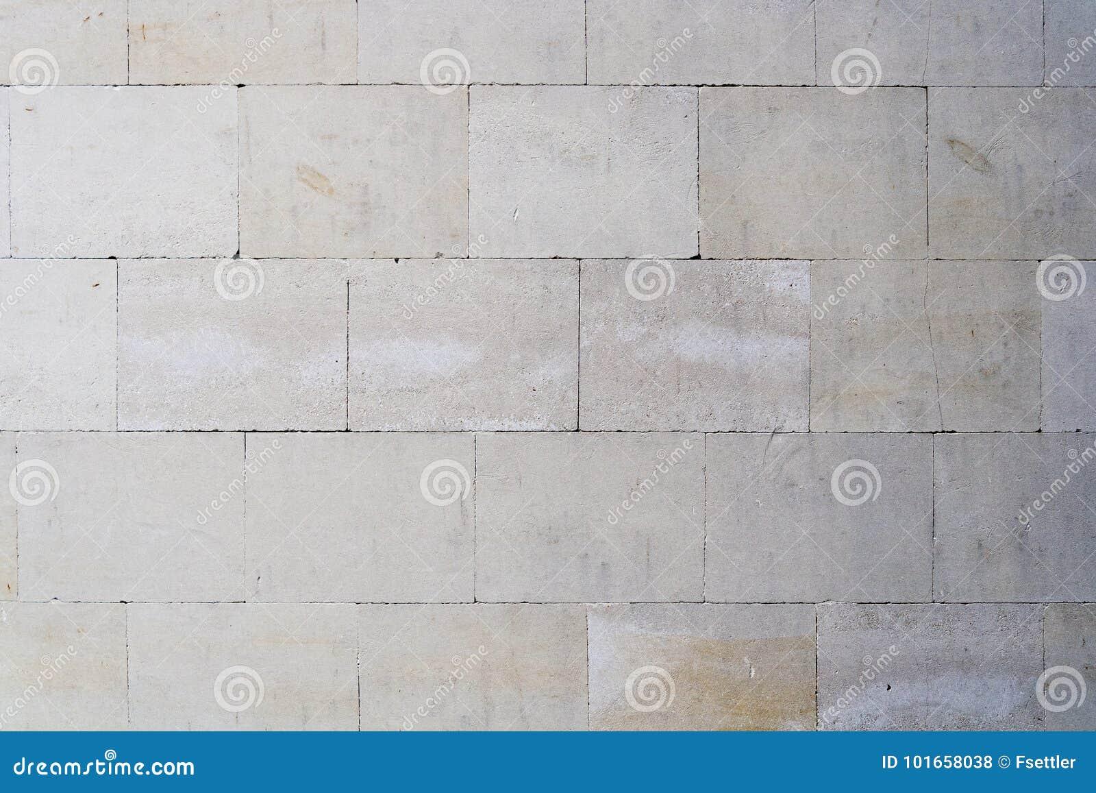 Vecchia parete sporca dalle mattonelle rettangolari fotografia
