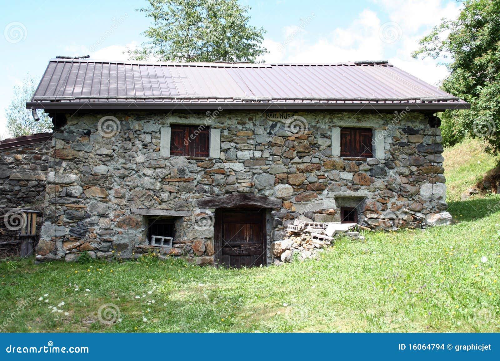 vecchia piccola casa della montagna in pietra fotografia