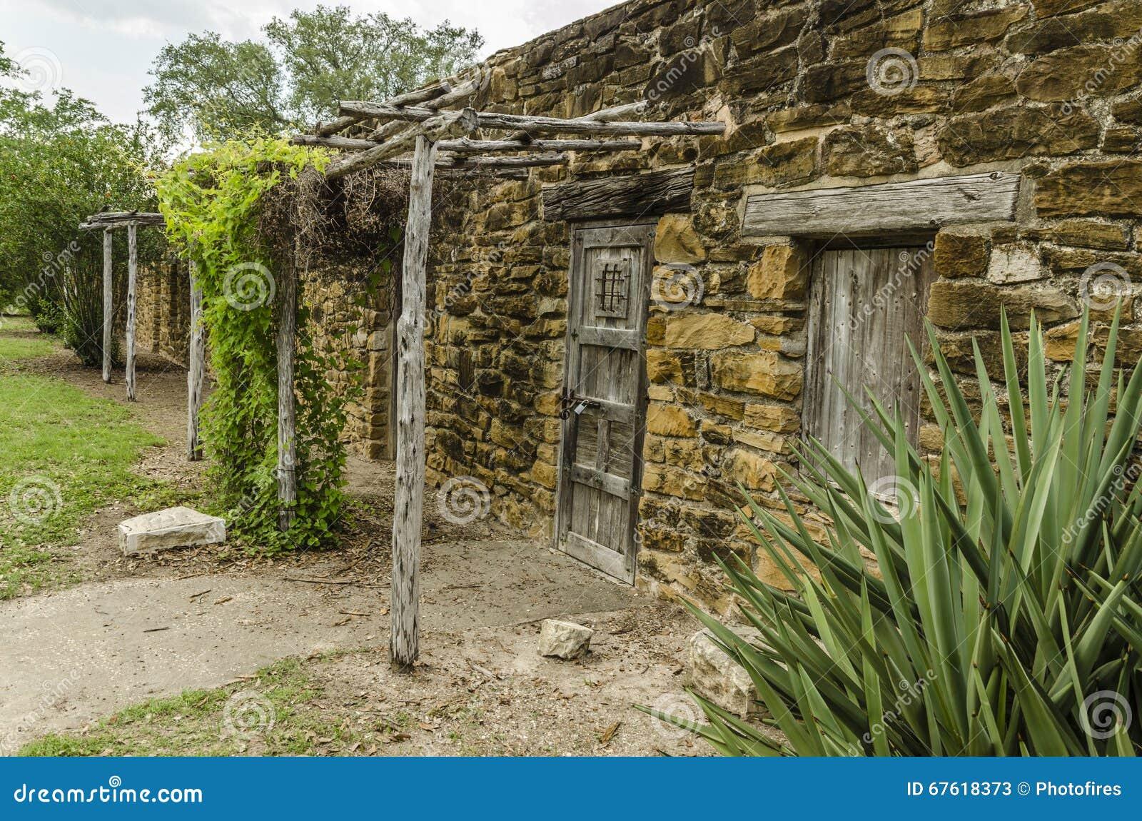Simple vecchia pietra e case di legno alla missione san for Case in legno e pietra