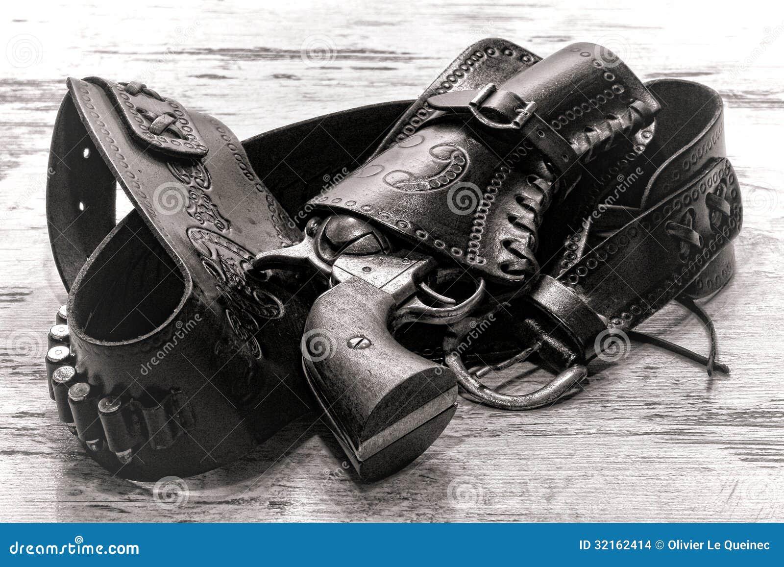 Vecchia pistola del revolver di leggenda ad ovest americana in custodia per armi