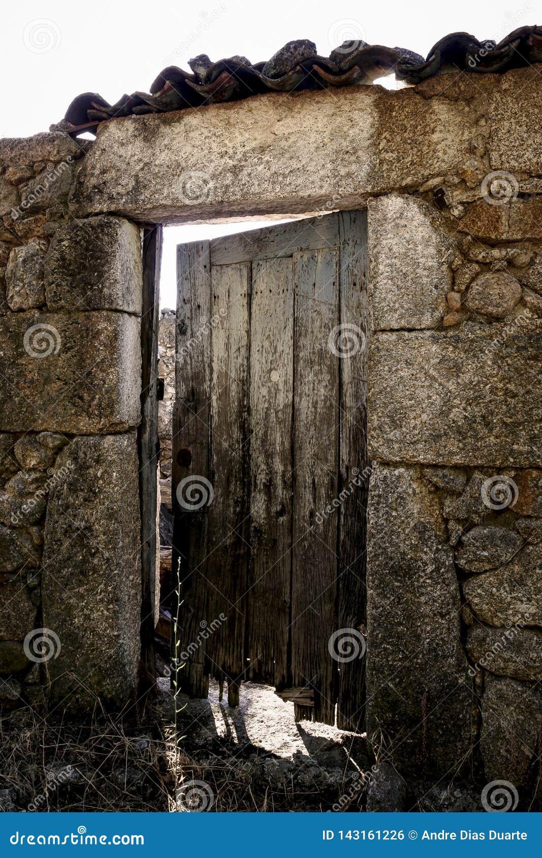 Vecchia porta di legno su una costruzione di pietra