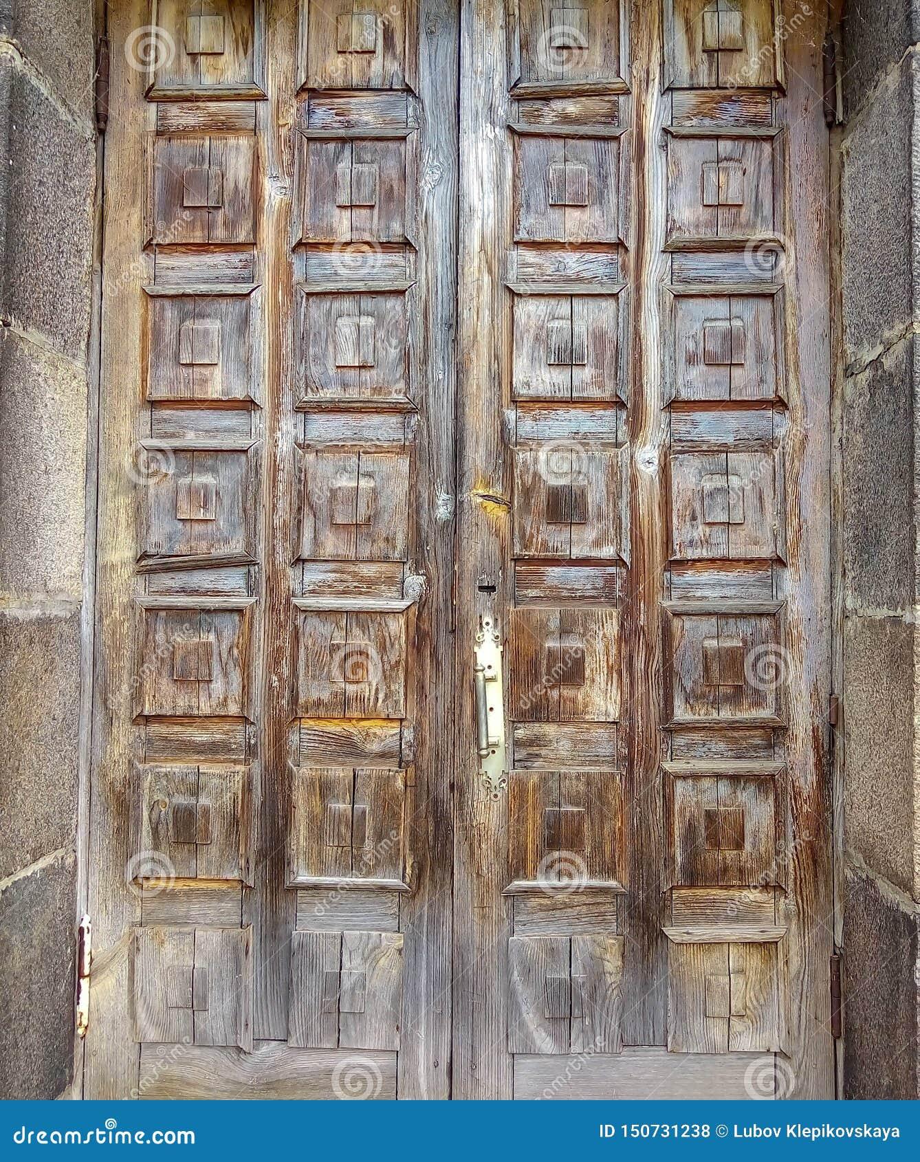 Vecchia porta marrone con i quadrati