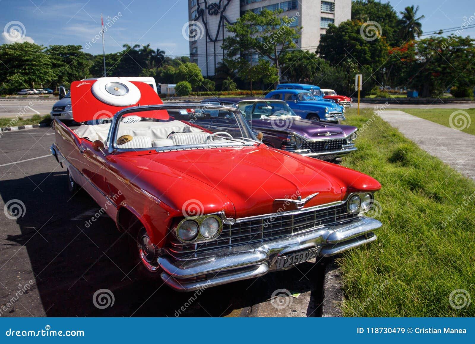 Vecchia retro automobile americana classica rossa a Avana, Cuba