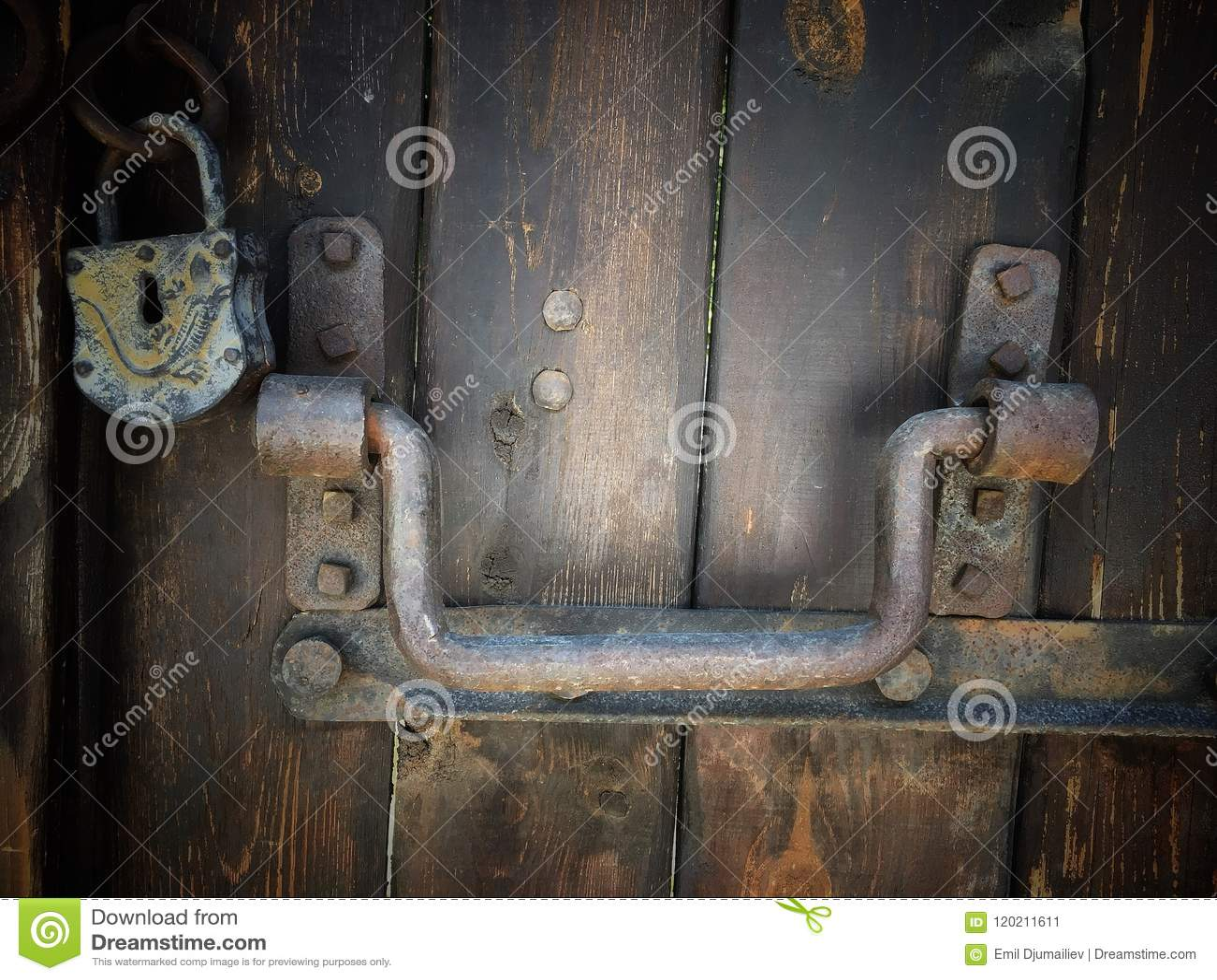 Armadio In Ferro Con Serratura.Vecchia Retro Porta Di Legno Con L Armadio D Annata Del Ferro