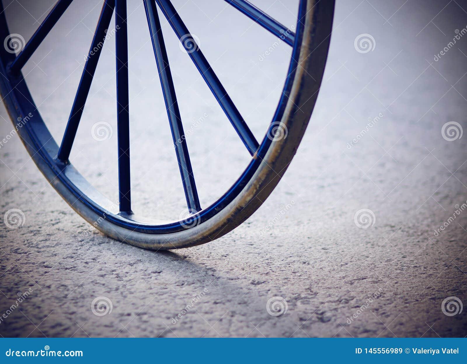 Vecchia retro ruota blu dal trasporto