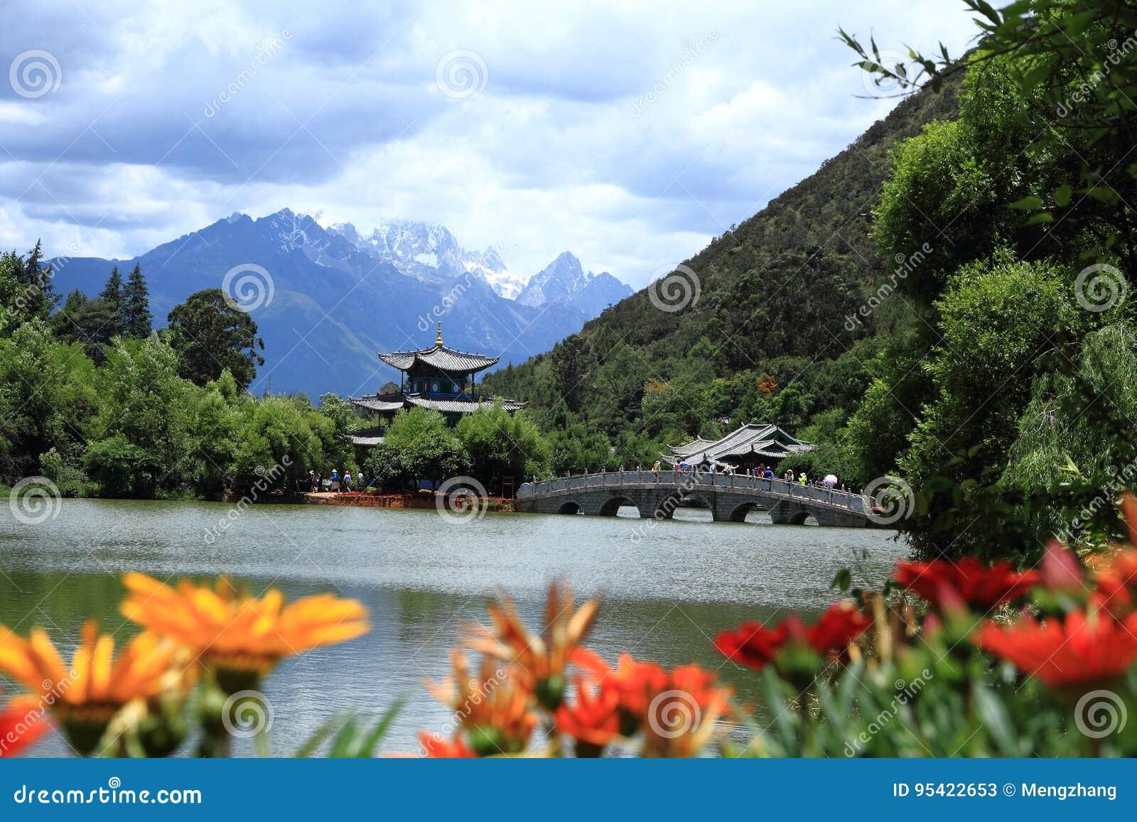 Vecchia scena nera della città di Dragon Pool Park-Lijiang