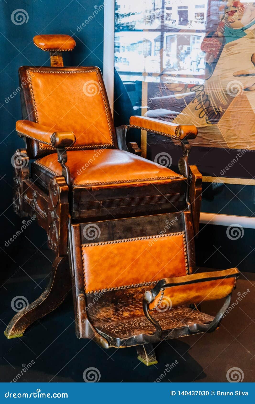 Vecchia sedia di barbiere in una stanza