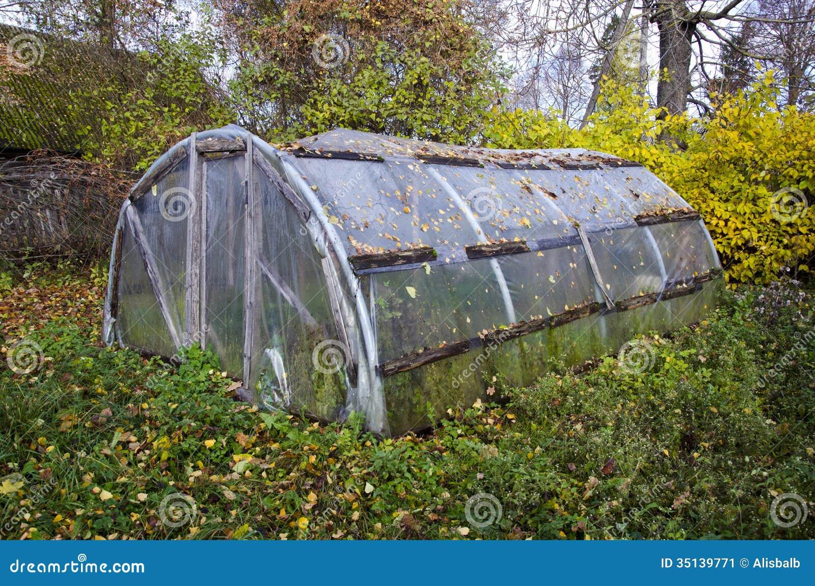 Vecchia serra di plastica primitiva nel giardino dell for Serra agricola usata