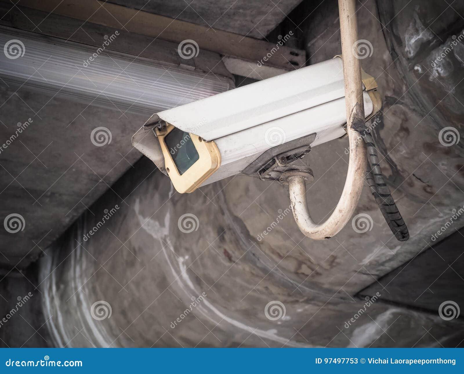 Vecchia sicurezza della macchina fotografica del CCTV in una città