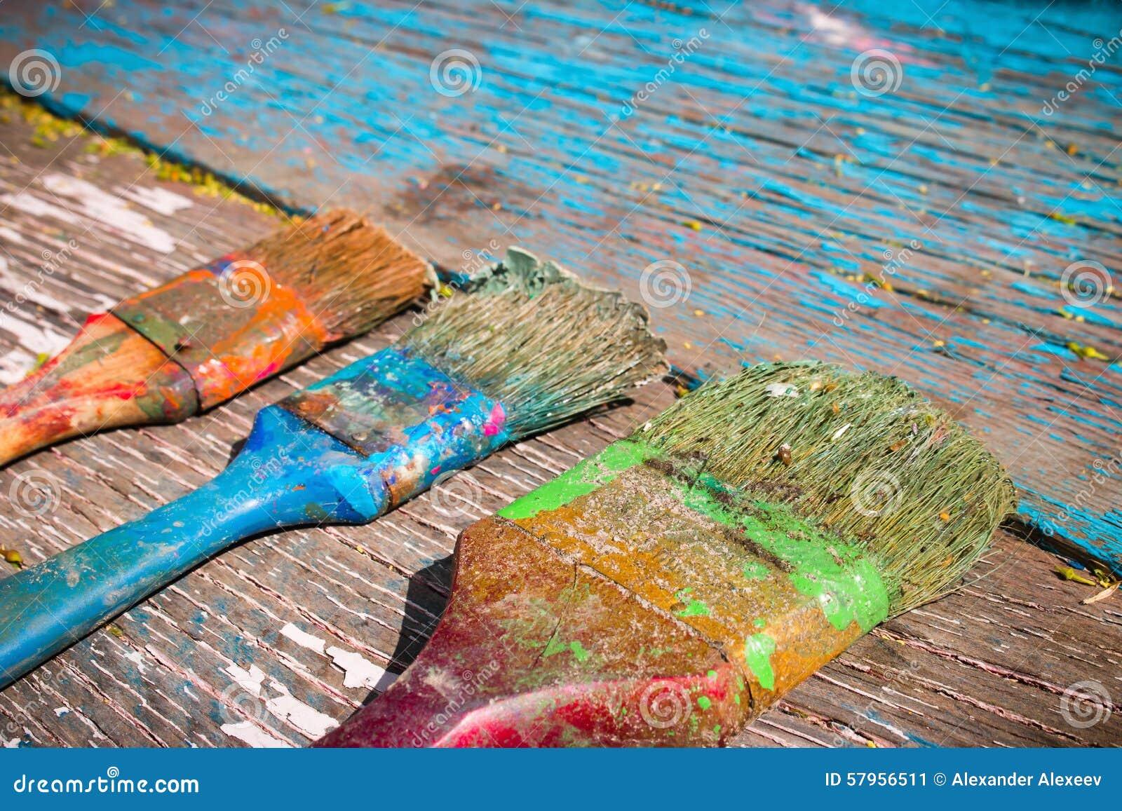 Vecchia spazzola sporca da dipingere su un fondo di legno immagine
