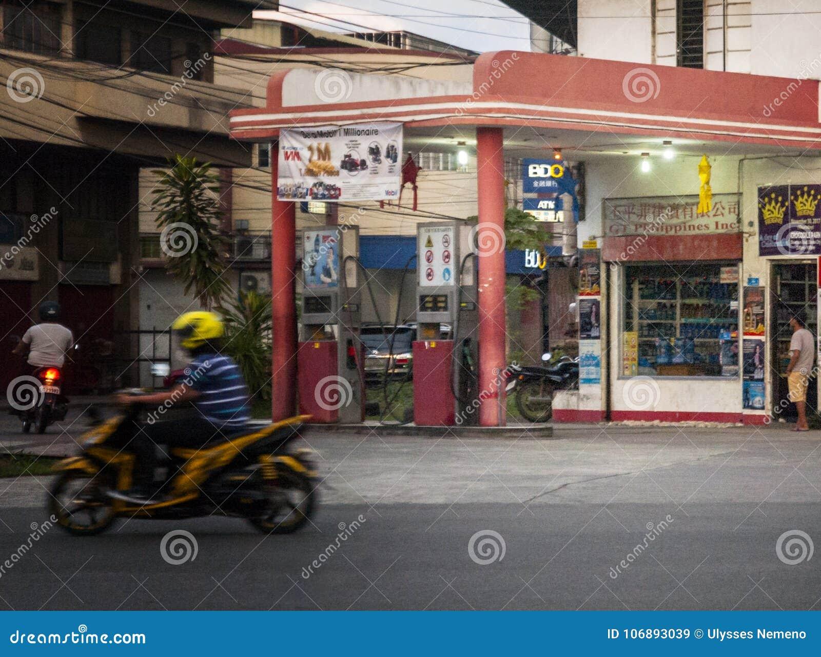 Vecchia stazione di servizio alle vie di Guerro-Monteverde, città di Davao, Filippine