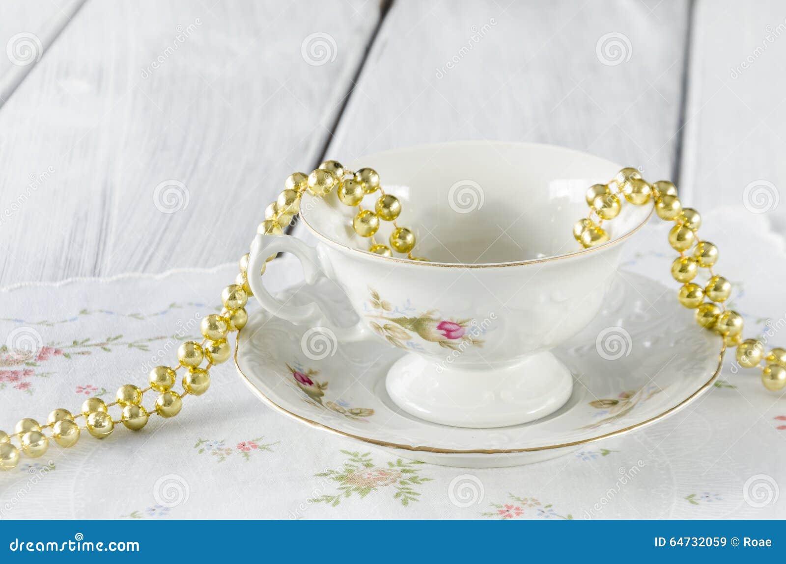 Vecchia tazza elegante fatta di porcellana genuina