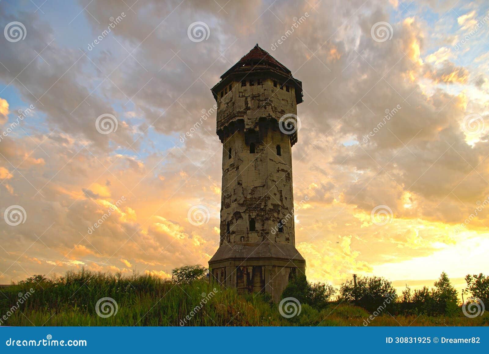 Vecchia torre di acqua, cielo nuvoloso