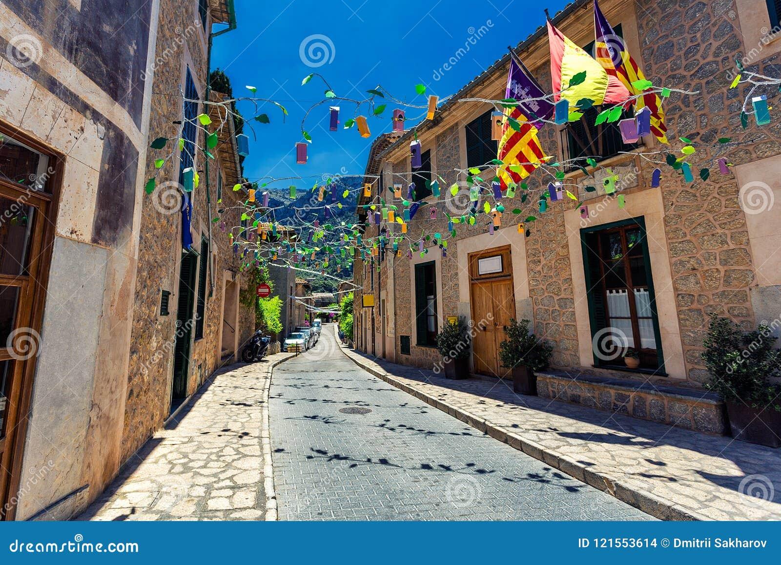 Vecchia via in città storica di Deia nelle montagne di Mallorca