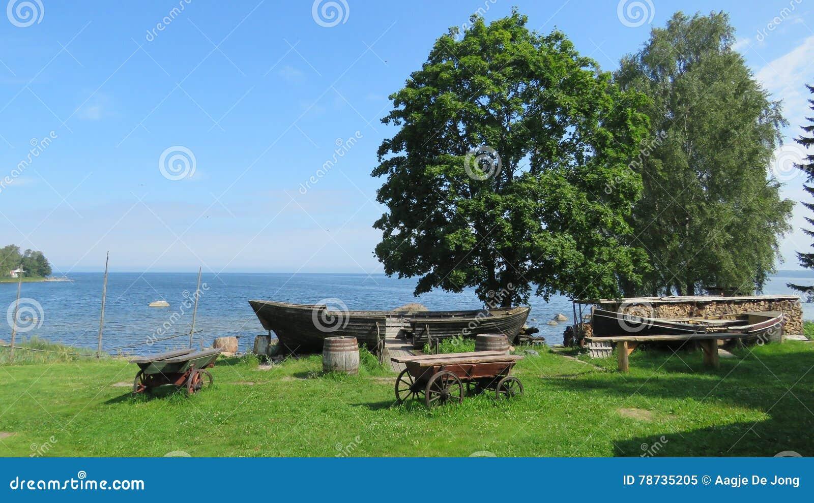 Vecchie barche del museo del mare nel parco nazionale Estonia di Lahemaa