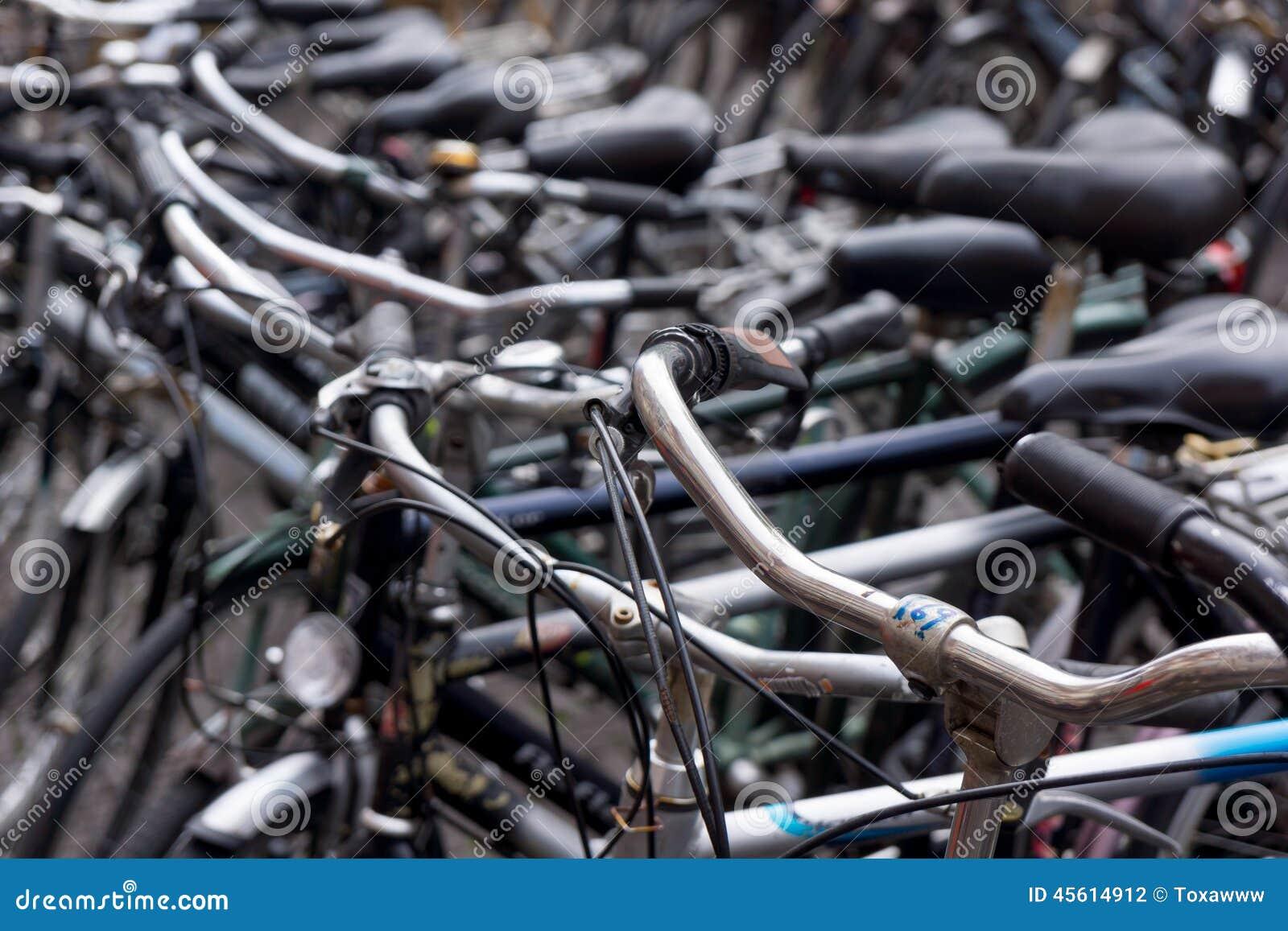 Vecchie bici olandesi fotografia stock immagine di for Affitto bici amsterdam