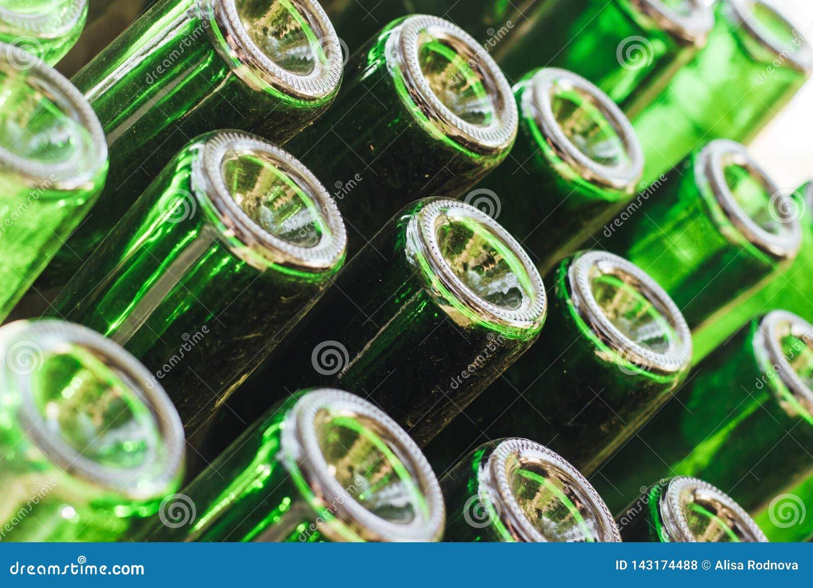 Vecchie bottiglie di vino verdi