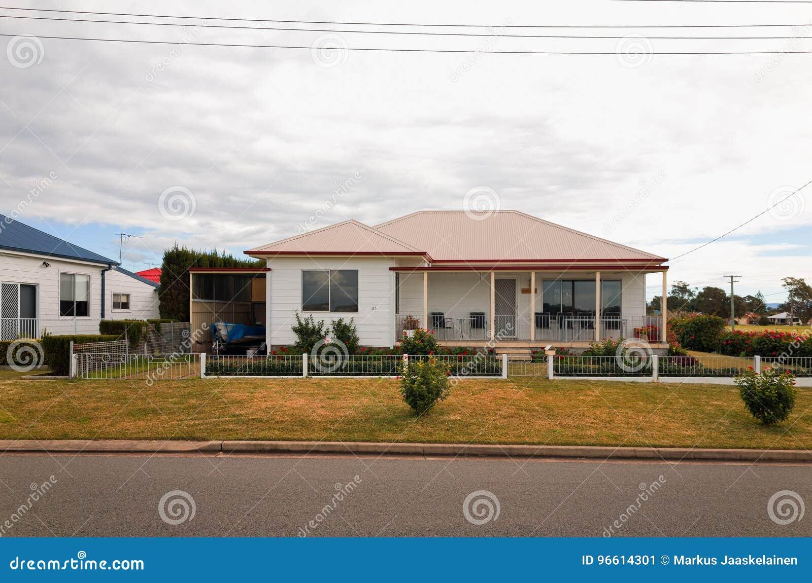 Case Tipiche Australiane : Vecchie camere suburbane australiane tipiche immagine stock