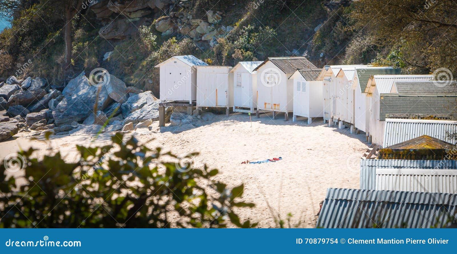 Vecchie capanne bianche della spiaggia fotografia stock for Planimetrie della cabina della spiaggia