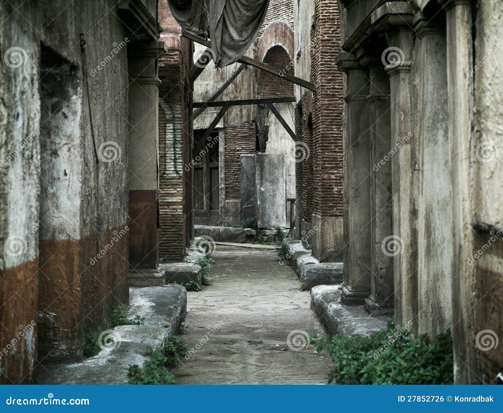 Vecchie case abbandonate a roma antica fotografia stock for Case abbandonate italia