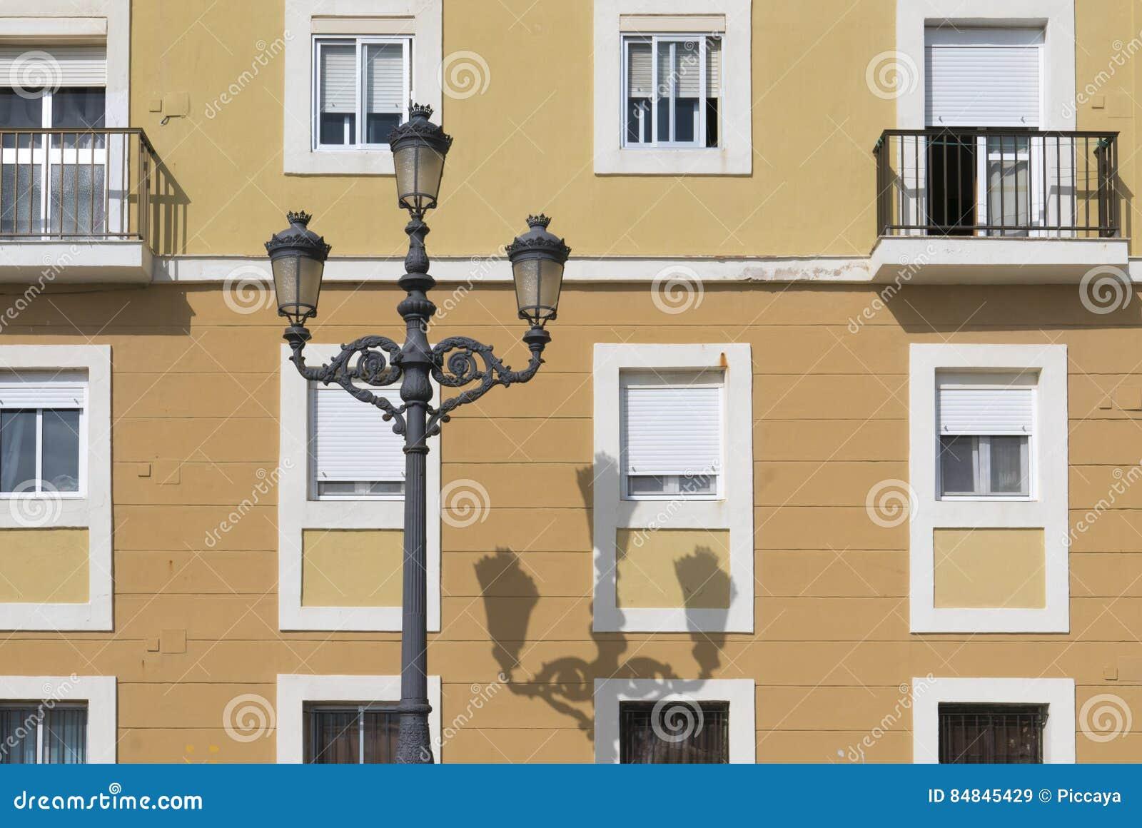 Vecchie case colorate con i vari colori sulla facciata a - Colori facciate case ...