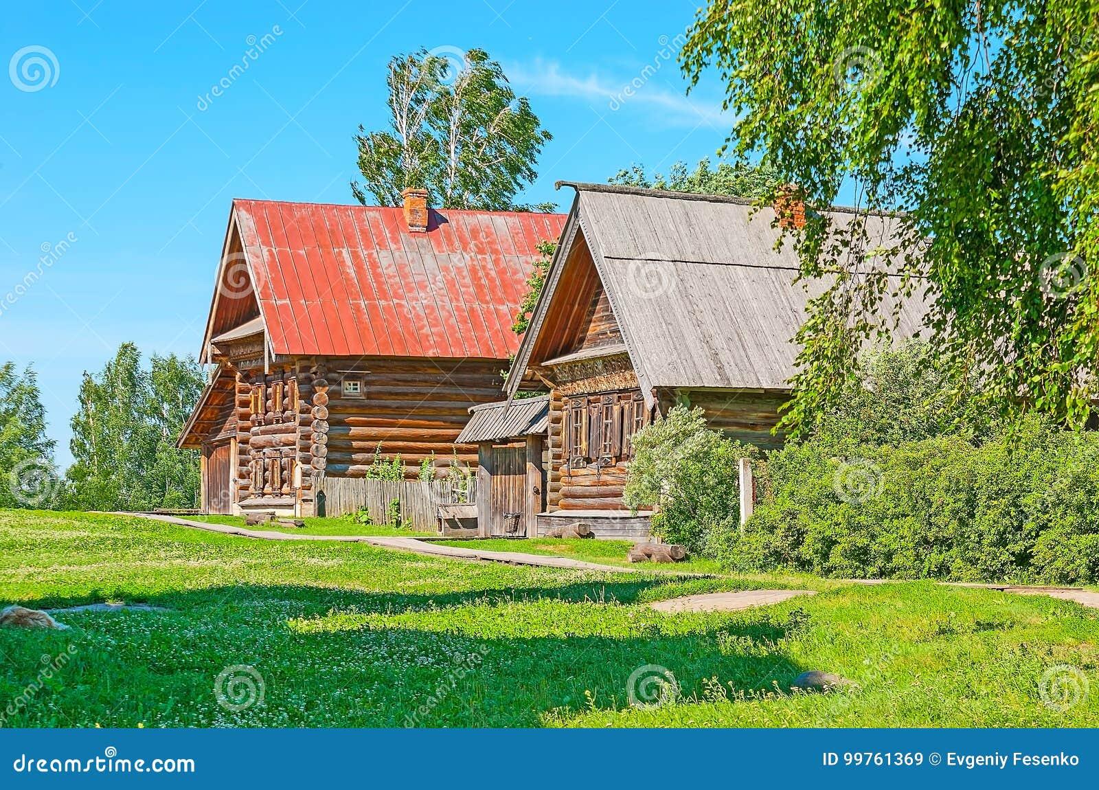 Casette Russe Di Campagna vecchie case dei contadini in suzdal' immagine stock