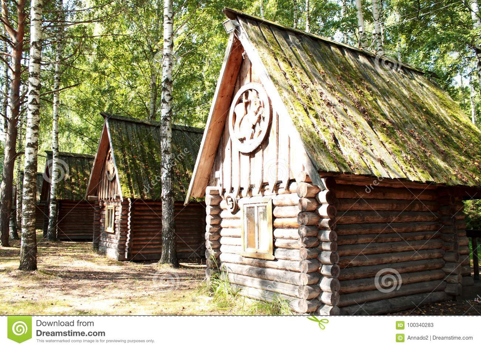 Casette Russe Di Campagna vecchie case di legno nella foresta fra le betulle nella