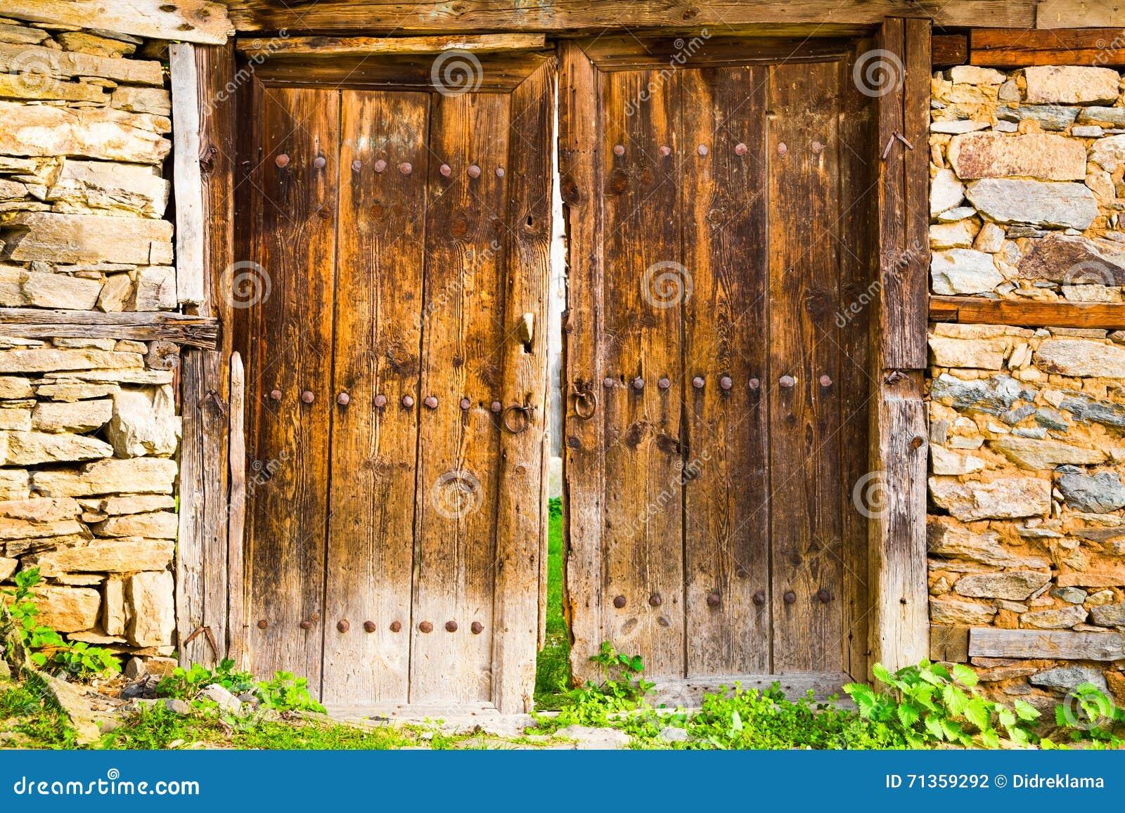 Vecchie doppie porte di granaio di legno rustiche for Rivestire porte vecchie
