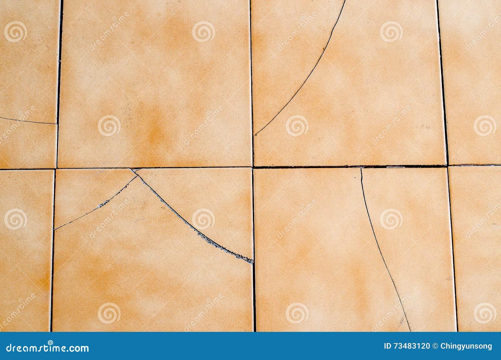 Vecchie e piastrelle per pavimento rotte dellamianto fotografia