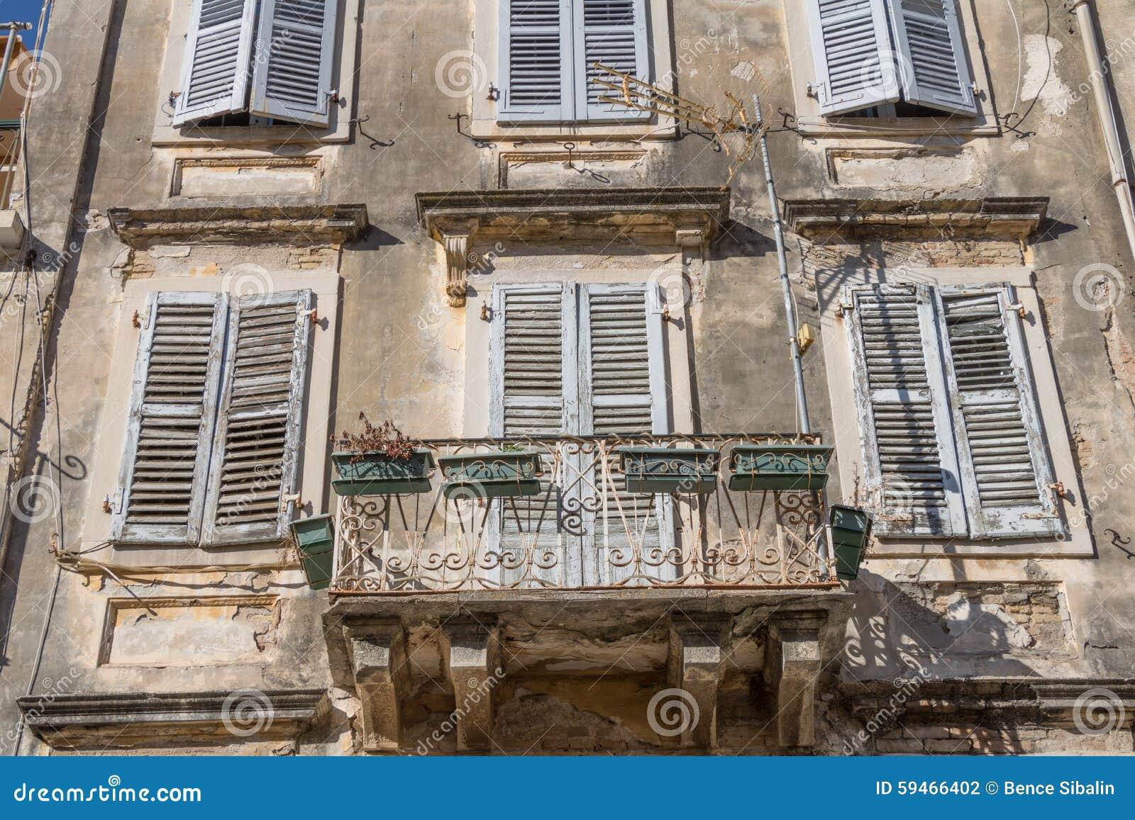Parete Gialla E Grigia : Old Window with Flowers