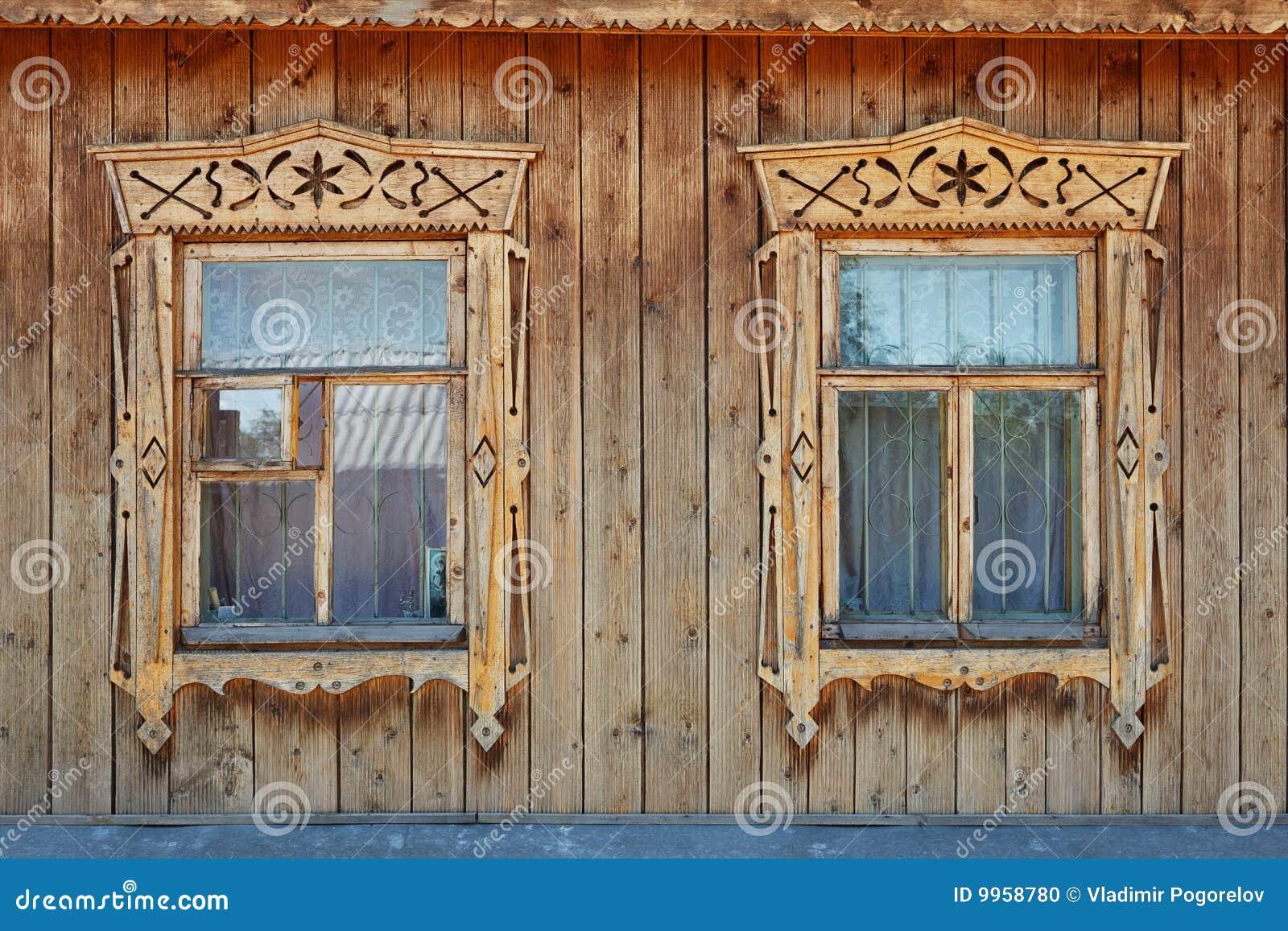 Vecchie finestre russe decorate di stile due di legno fotografia stock immagine 9958780 - Finestre decorate per natale ...
