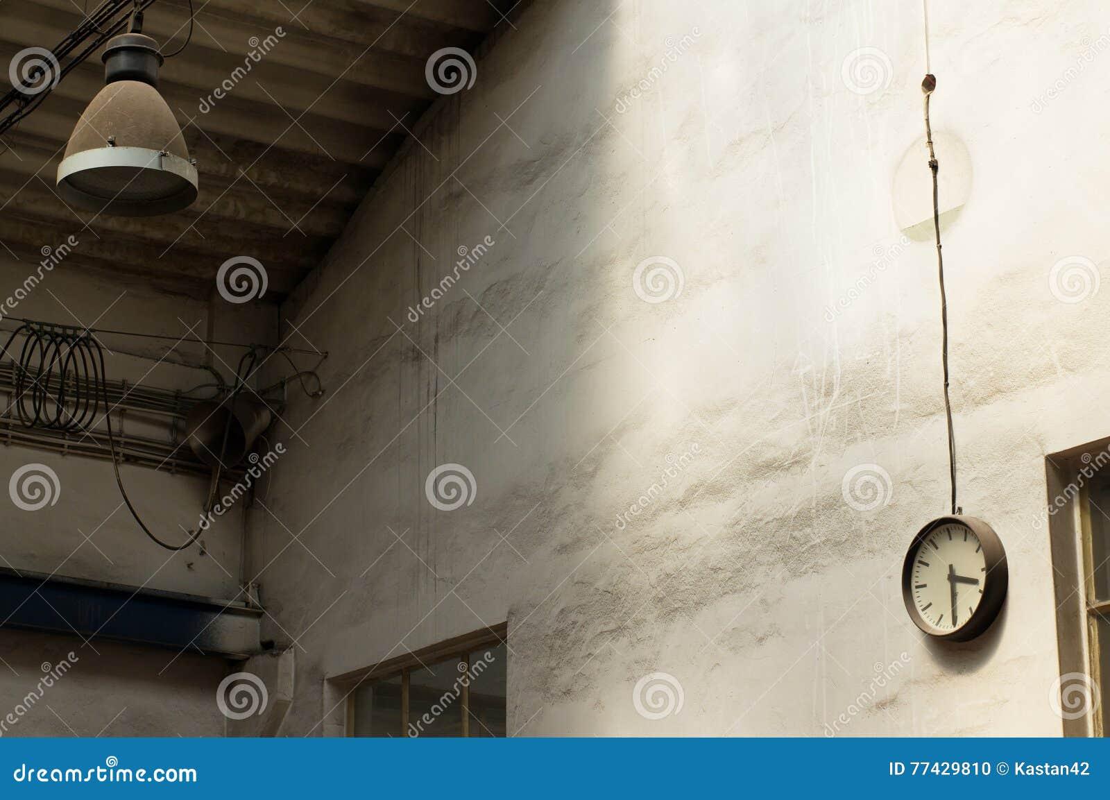 Vecchie lampada e parete con lorologio industriale fotografia stock