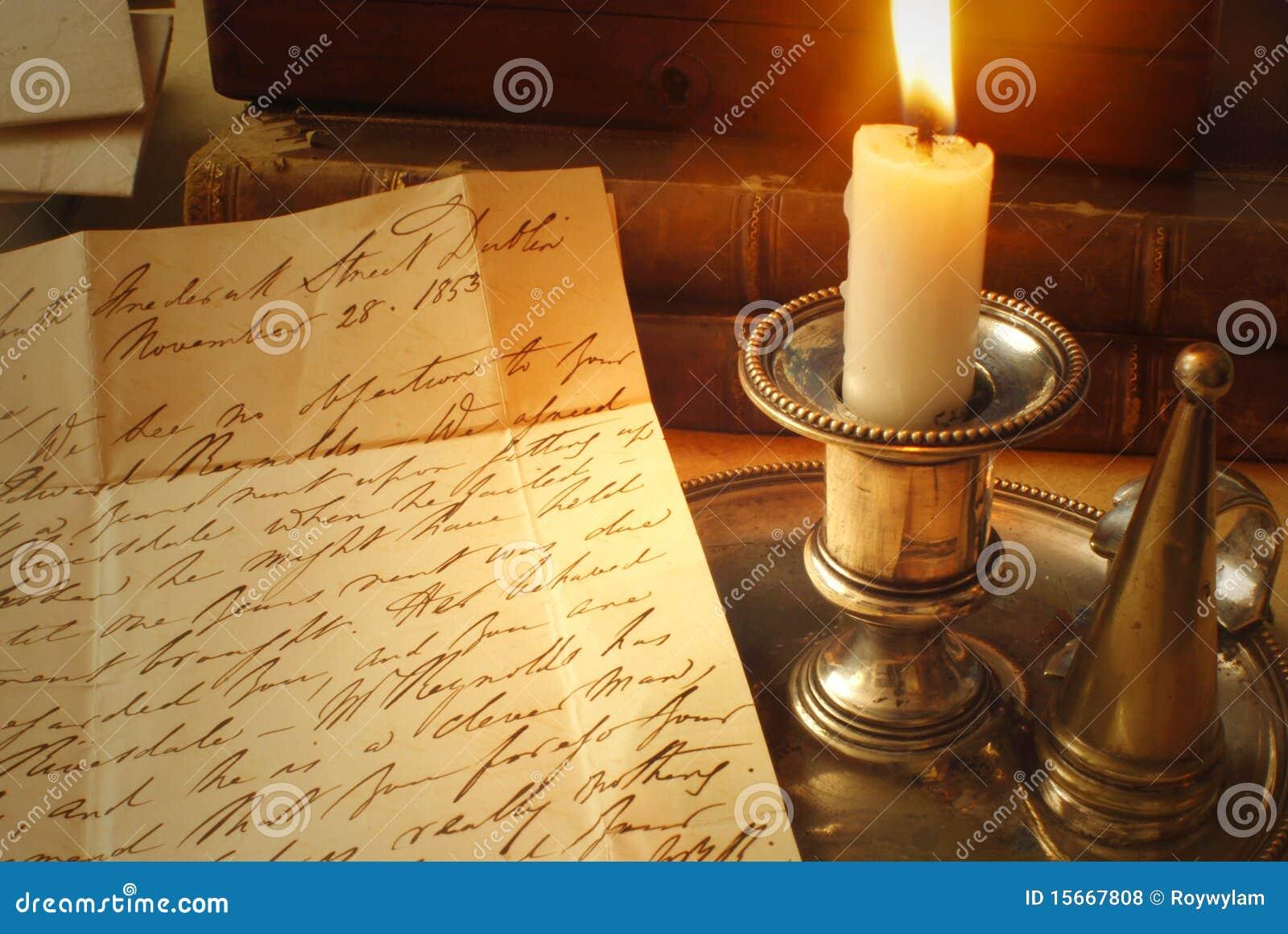 Vecchie lettere e candela, scrittura a mano elegante