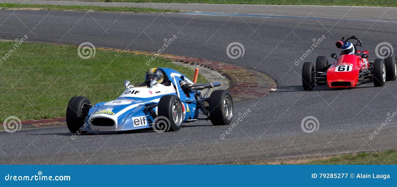 Circuito Nogaro : Vecchie macchine da corsa su un circuito fotografia