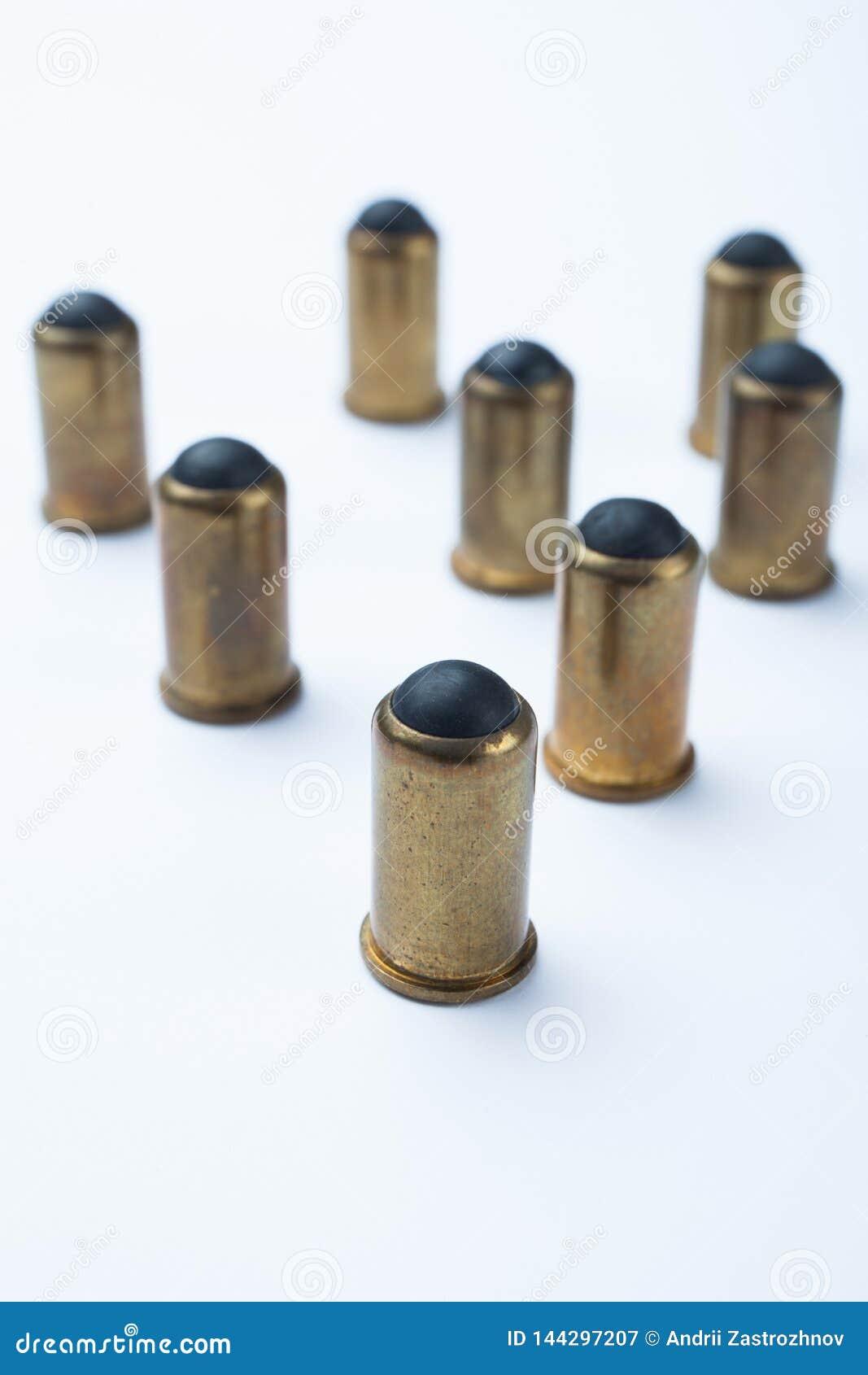 Vecchie pallottole di gomma su un fondo bianco, fuoco selettivo