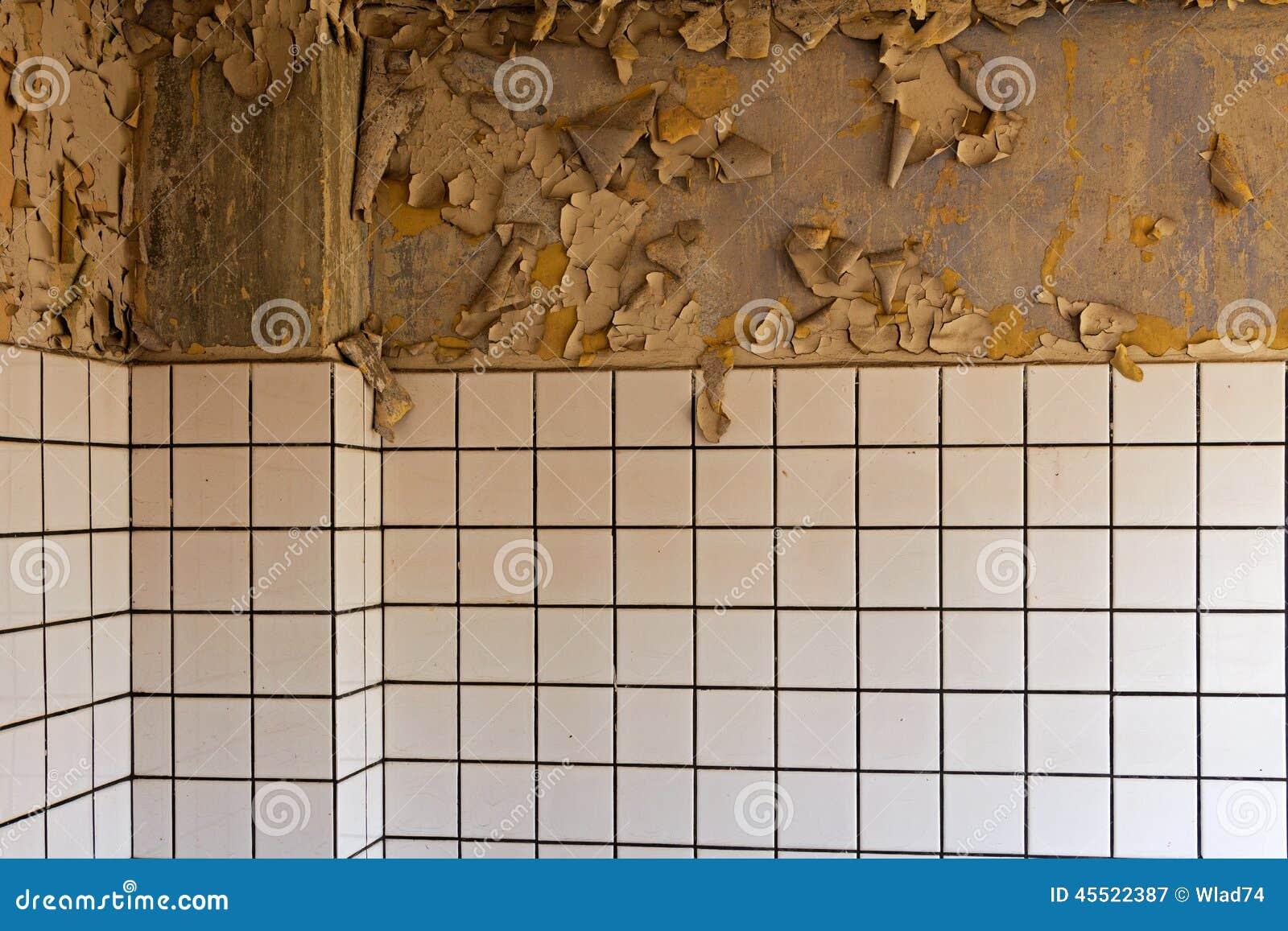 Vecchie parete e piastrelle di ceramica dilapidate - Piastrelle di ceramica ...