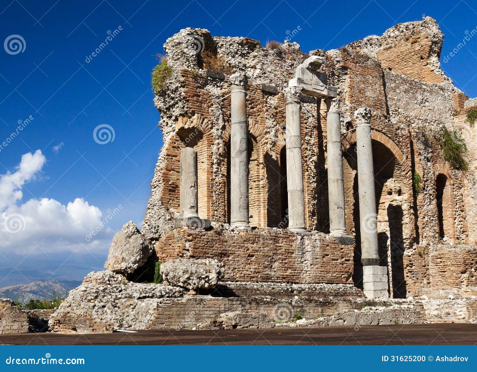 Vecchie pareti del Greco. Teatro antico, Taormina, Etna, Sicilia,