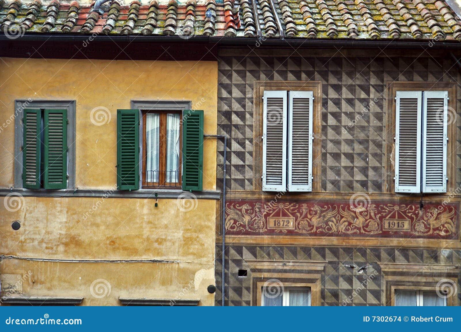 Vecchie pareti di pietra a Siena, Italia