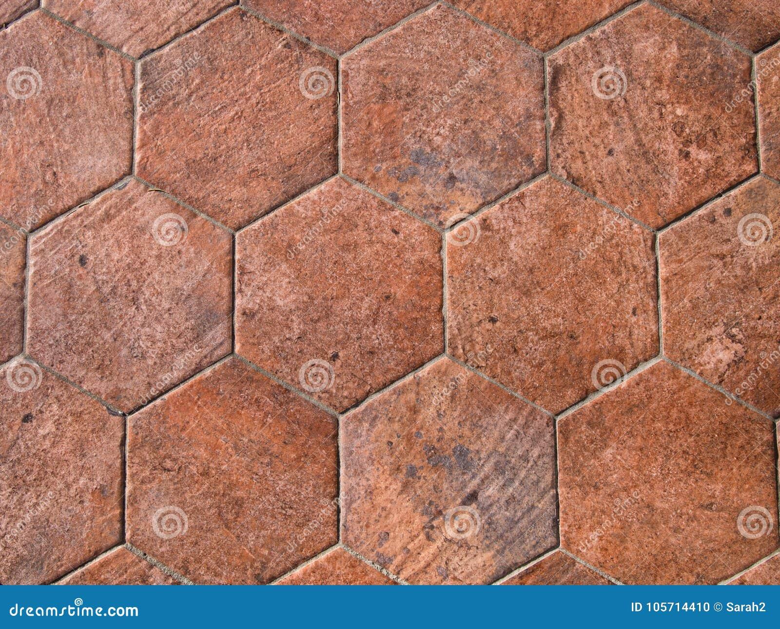 Vecchie piastrelle per pavimento di terracotta esagonali