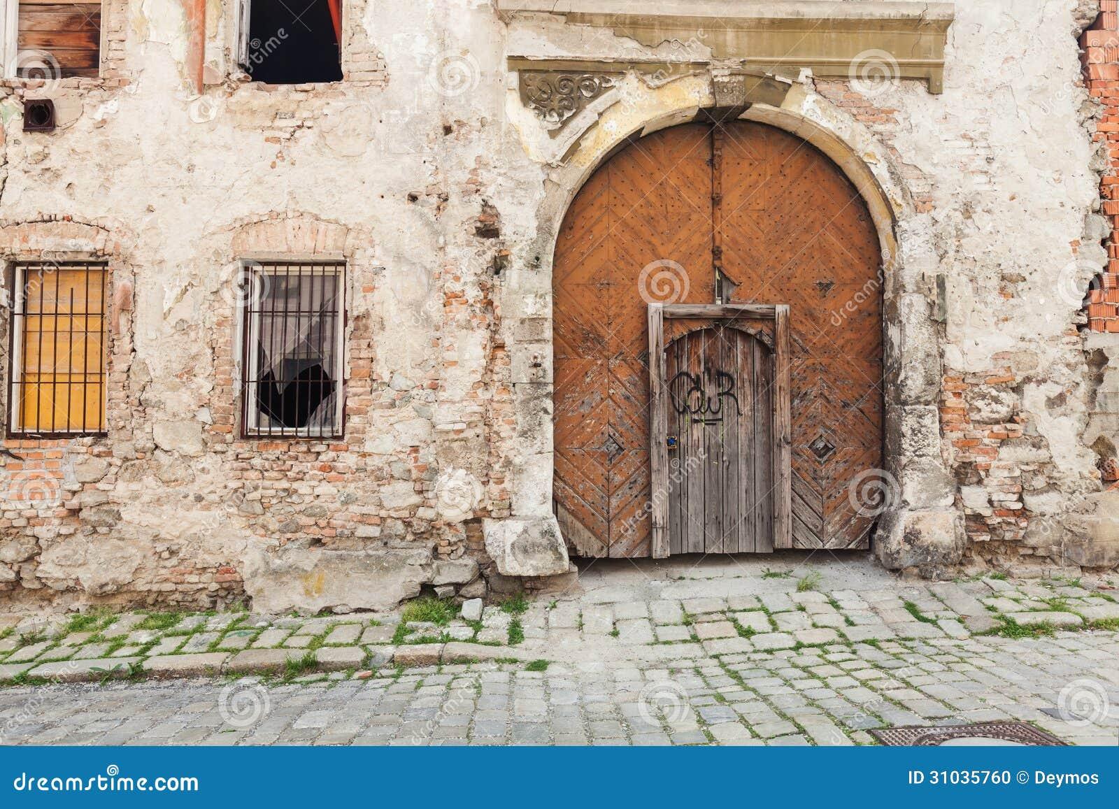 Vecchie porte di legno appassite rustiche di brown for Rivestire porte vecchie