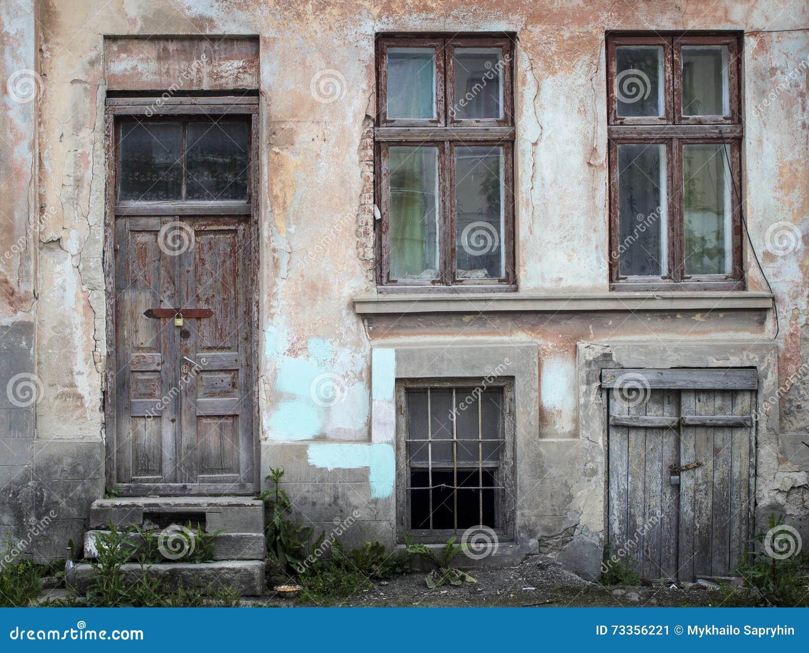 Vecchie porte e finestre di legno con la pianta sulla parete fotografia stock immagine 73356221 - Guarnizioni finestre vecchie ...
