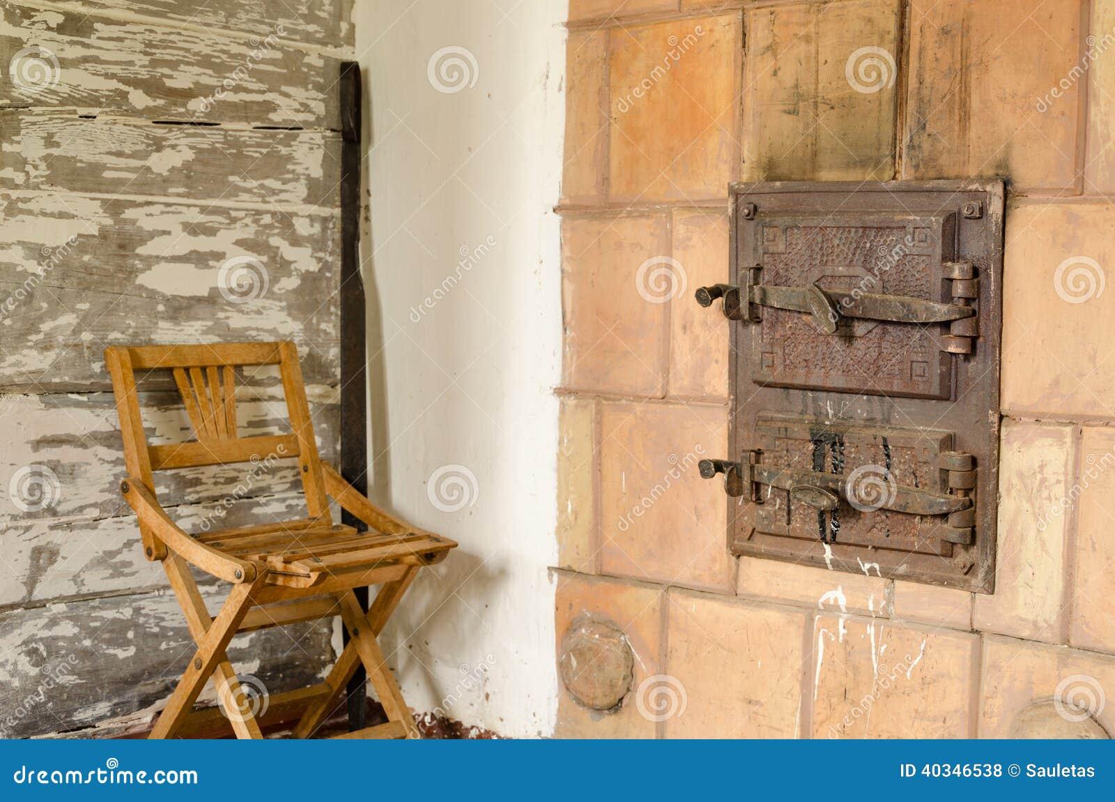 Sedie Di Legno Rustiche.Vecchie Porte Rustiche Della Fornace E Sedia Di Legno Di Resto
