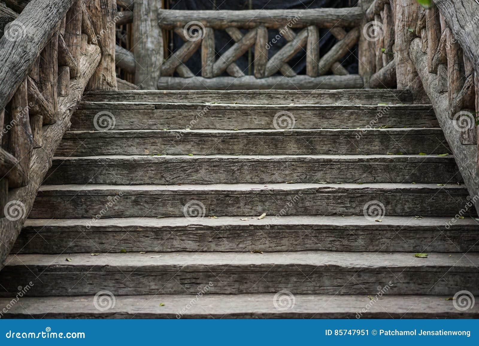 Vecchie scale di legno marroni