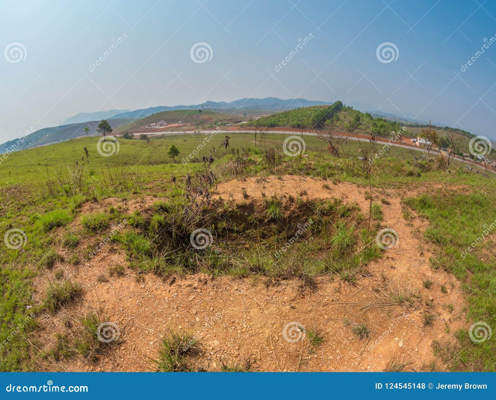 Vecchio appostamento a buca dalla guerra del vietnam Plateau di Xiangkhoang, Laos