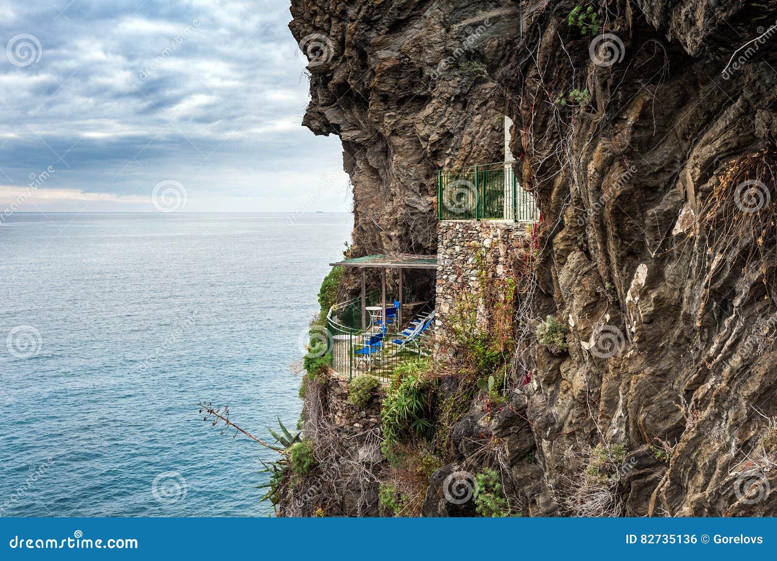 Vecchio balcone abbandonato con la vista del mare sulla roccia vicino alla città di Vernazza in Liguria, Italia